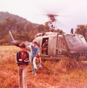 1984 - O então presidente da Defesa Civíl, Luiz Carlos Pabst (de camisa azul). O local deste pouso fica ao lado do Banco do Brasil, onde hoje existe um posto de gasolina.